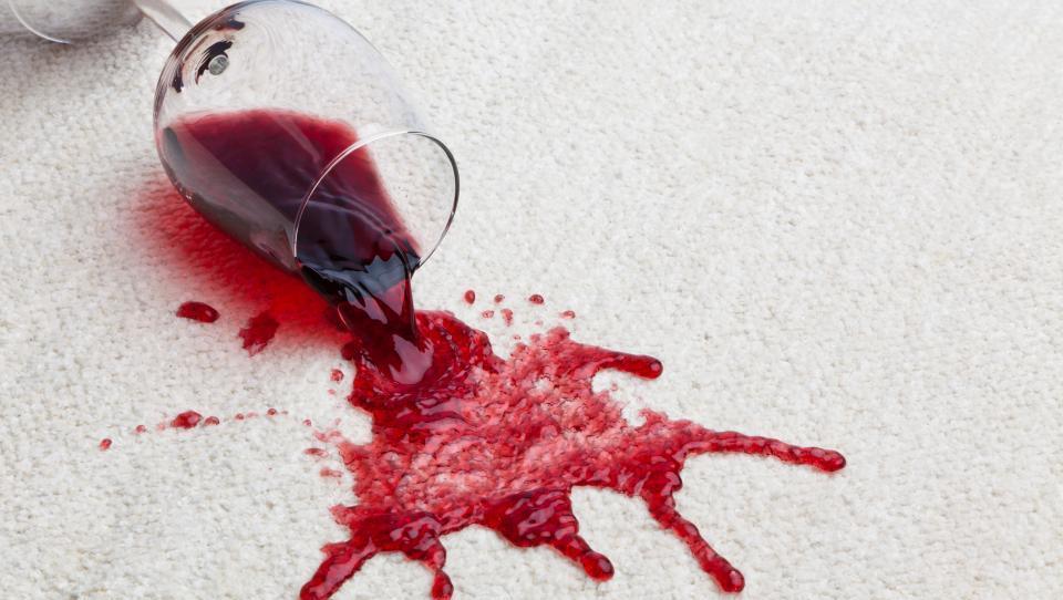 Ojoj, po sosedovi zofi sem polil vino. Kaj pa zdaj?