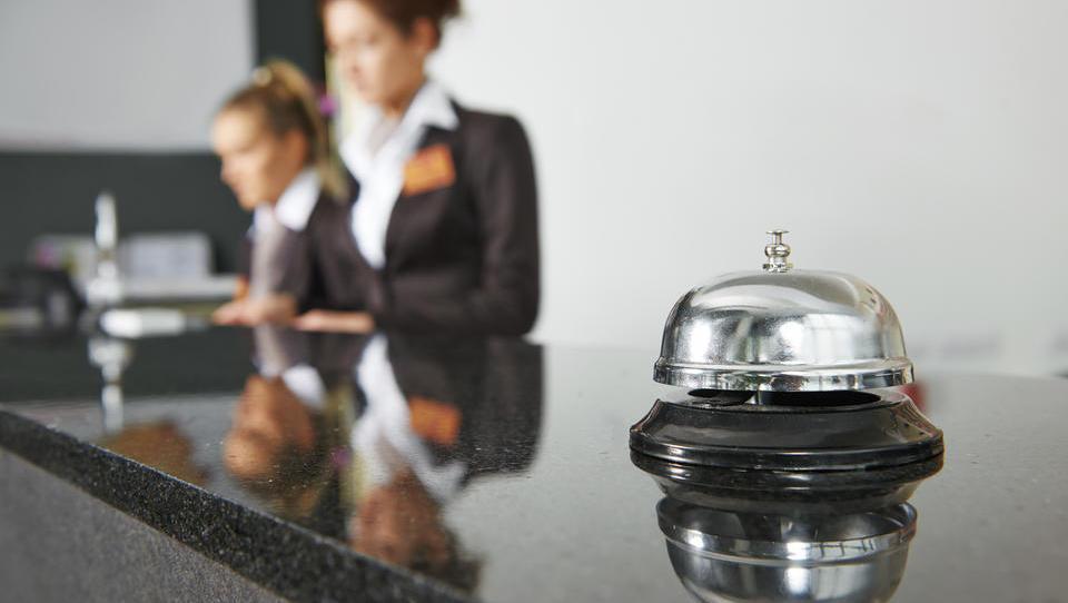 Predlog zakona: za koga v turizmu in gostinstvu se bo podaljšalo subvencioniranje čakanja na delo