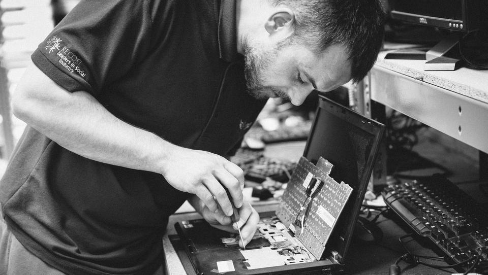 Obnova računalnikov prinaša delo težje zaposljivim