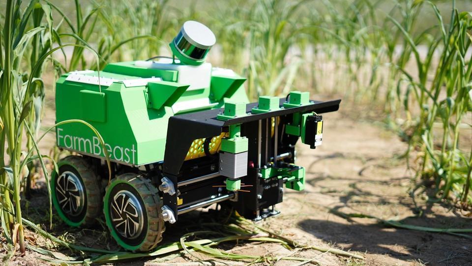 Študenti mariborske univerze razvili zmagovalnega robota za odstranjevanje plevela