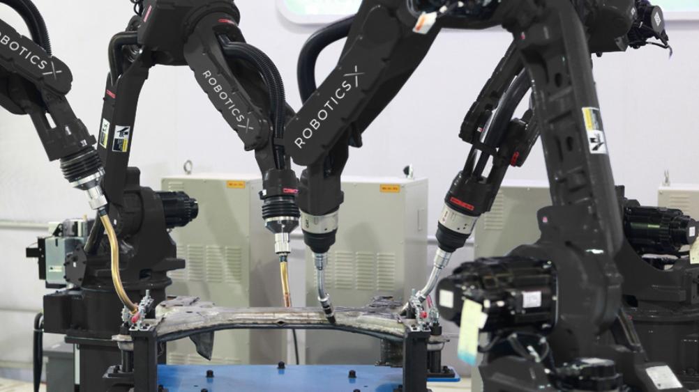Pet slovenskih inženirjev je razvilo prvega pametnega industrijskega robota na svetu