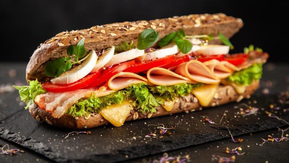 Kako je angleški grof »izumil« sendvič, da je lahko jedel med kartanjem