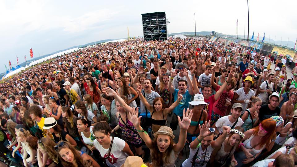 10 top poletnih glasbenih festivalov pri nas in čez mejo