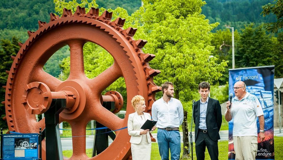 Industrijska dediščina: obnovljeno 38-tonsko malo Peltonovo kolo pred stavbo SIJ Acronija