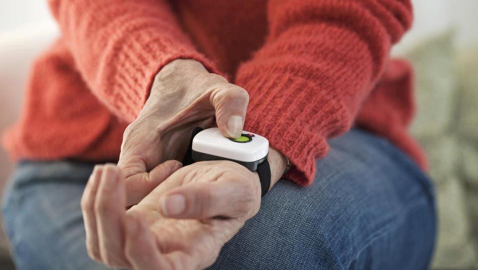 Kako tehnologija starejšim omogoča varnost in pomoč na daljavo