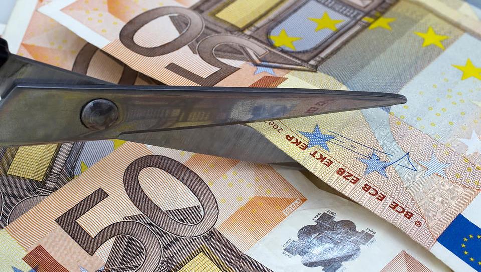 Preobrat: Janša bo funkcionarjem znižal plače