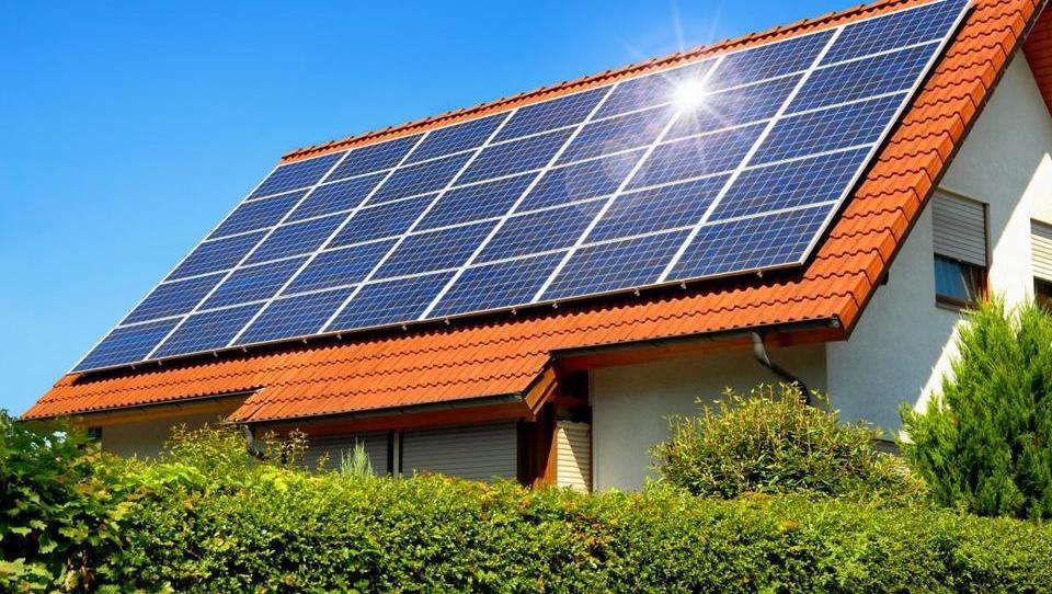 (dopolnjeno) Vlada potrdila samooskrbne elektrarne tudi na strehah blokov