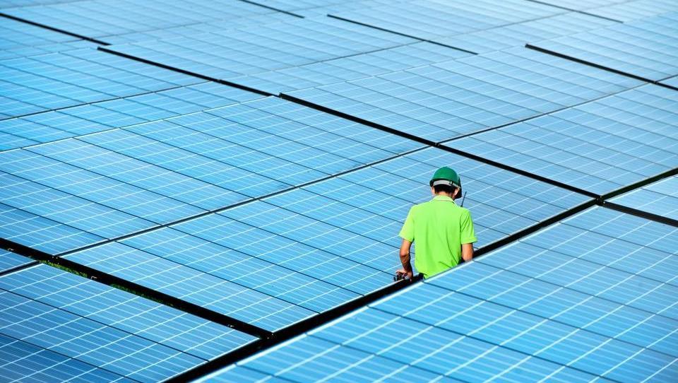 (graf) Koliko subvencij damo za zeleno energijo in koliko elektrike za to dobimo?