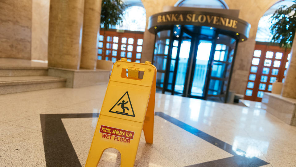 Bi morali tuliti alarmi? Banka Slovenije opozarja, da banke (spet) ignorirajo opozorila o dajanju posojil!
