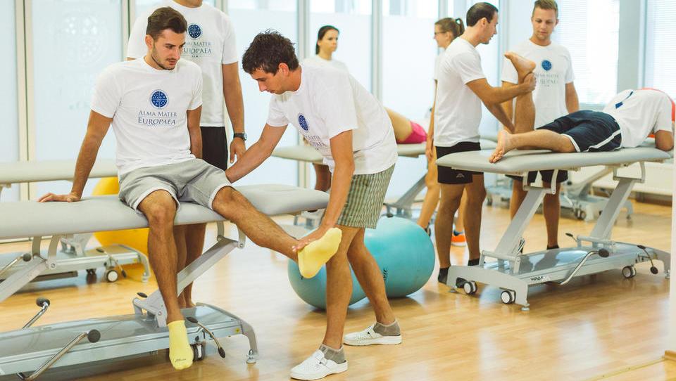 Ministrstvo za zdravje spotika italijanske diplomante fizioterapije - kdo bo še povohal Slovenijo