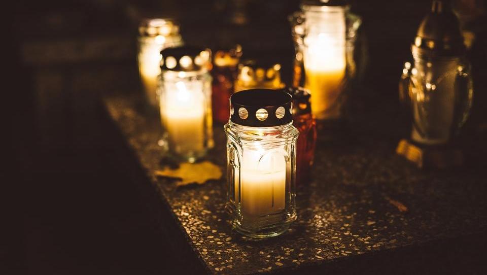 Kako predelujejo nagrobne sveče in kakšna škoda nastaja pri tem