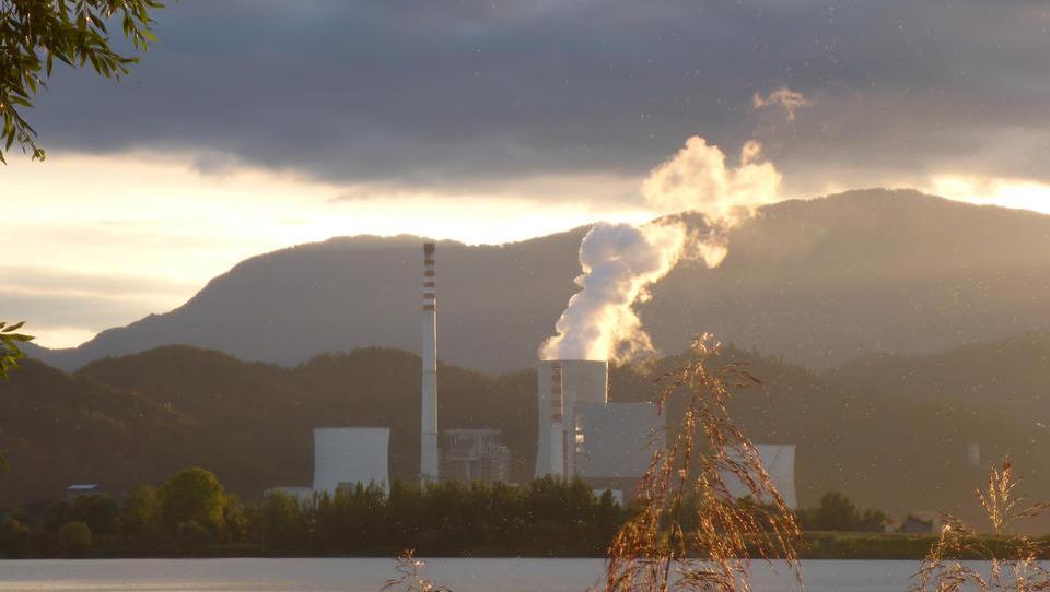 TEŠ bi za emisijske kupone letos lahko odštel več kot sto milijonov evrov; kako bo to vplivalo na ceno elektrike?