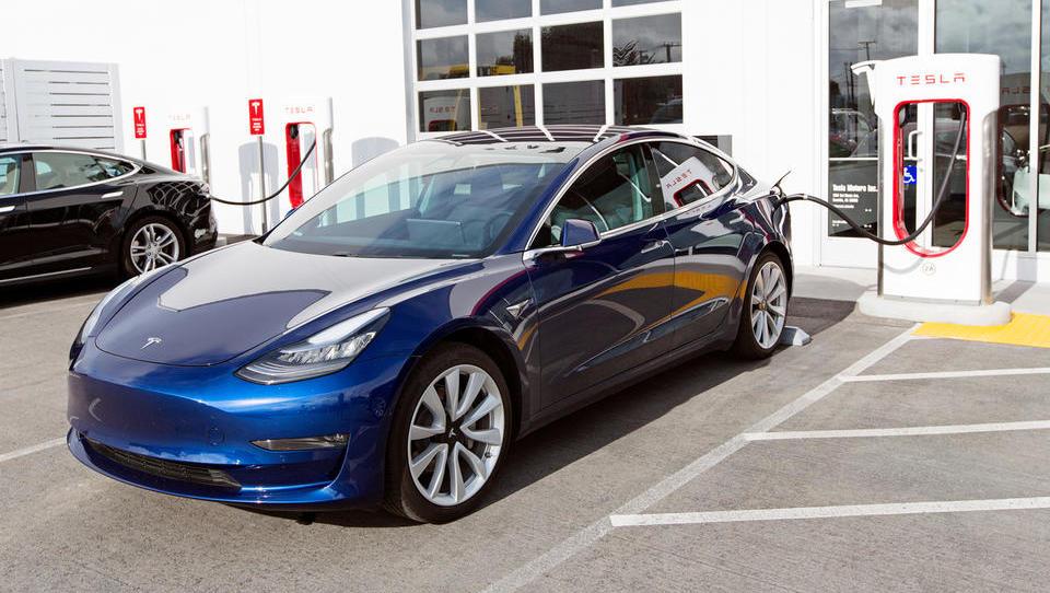 V Nemčiji trdijo, da e-avto onesnažuje bolj od dizla in navijajo za vodik ter zeleni metan