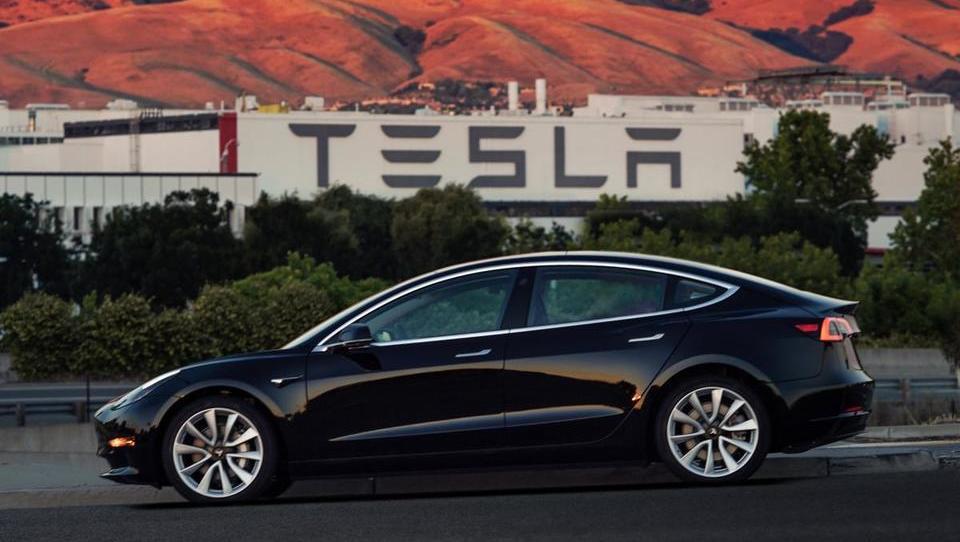 Tesla razočarala vlagatelje z zamudami in rekordno izgubo