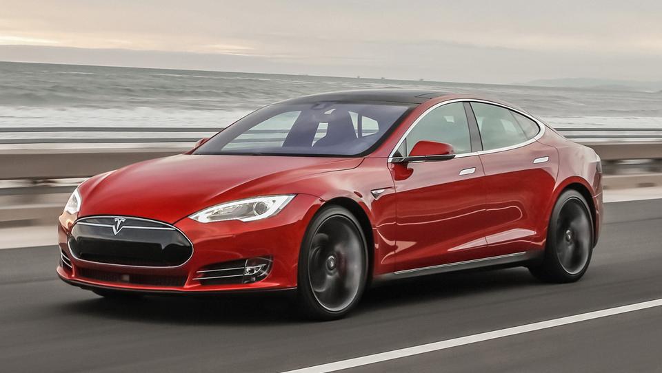Tesla v ZDA pometel z luksuznimi tekmeci