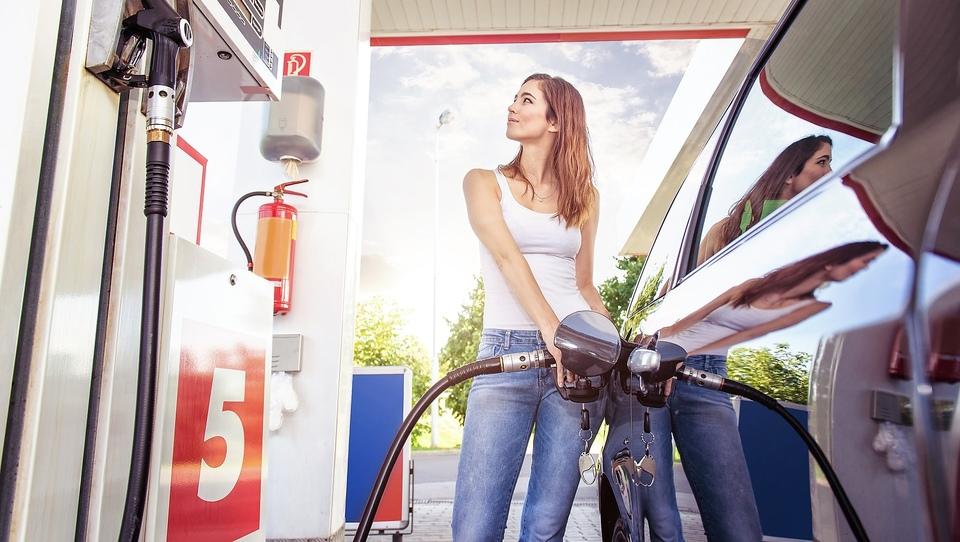 Zakaj bomo v avte še nekaj časa točili bencin in nafto