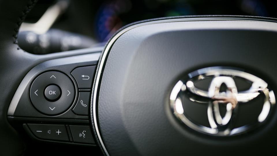 Toyota prevzela pet odstotkov Suzukija, ta pa drobec Toyote
