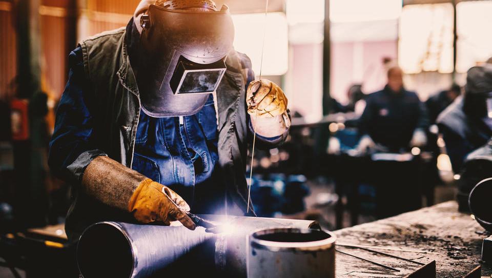 V proizvodnji v petih letih za petino več delovno aktivnih