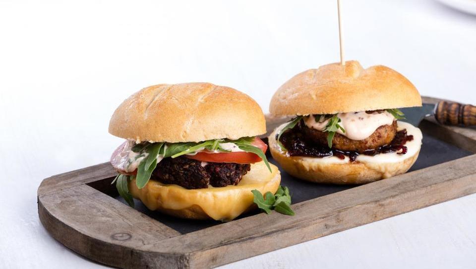 Rastlinski »krvavo sočni hamburgerji« postajajo pravi hit