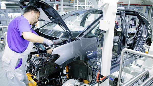 Ambiciozna industrijska politika – ključ do stabilnega evra