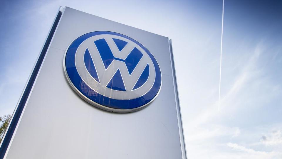 VW leto dni po aferi: za petino manj vreden, a prvič na prestolu