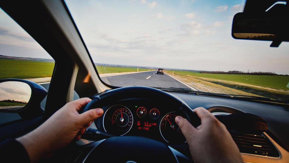 (test) Kdaj se splača najeti električni avto in kdaj poklicati taksi?