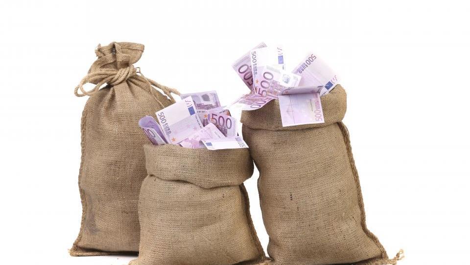 Proračun: Bi morali državo že skrbeti skromni davčni prihodki?