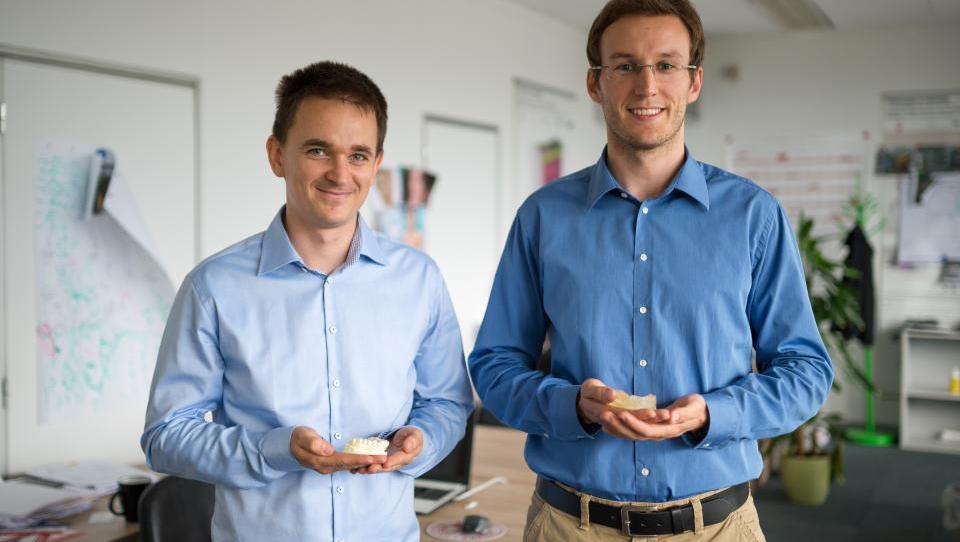 Slovenska ideja: Oktobra prihajajo na trg nevidni zobni aparati