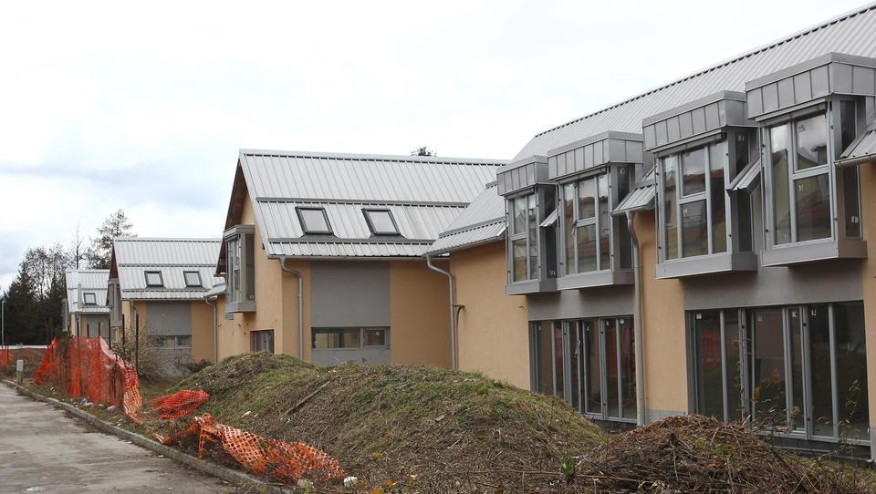 Devet nekončanih vrstnih hiš v okolici Ljubljane za 1,05 milijona evrov