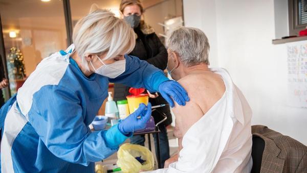 Izvajalci bodo dobili 14 evrov za eno cepljenje proti covidu