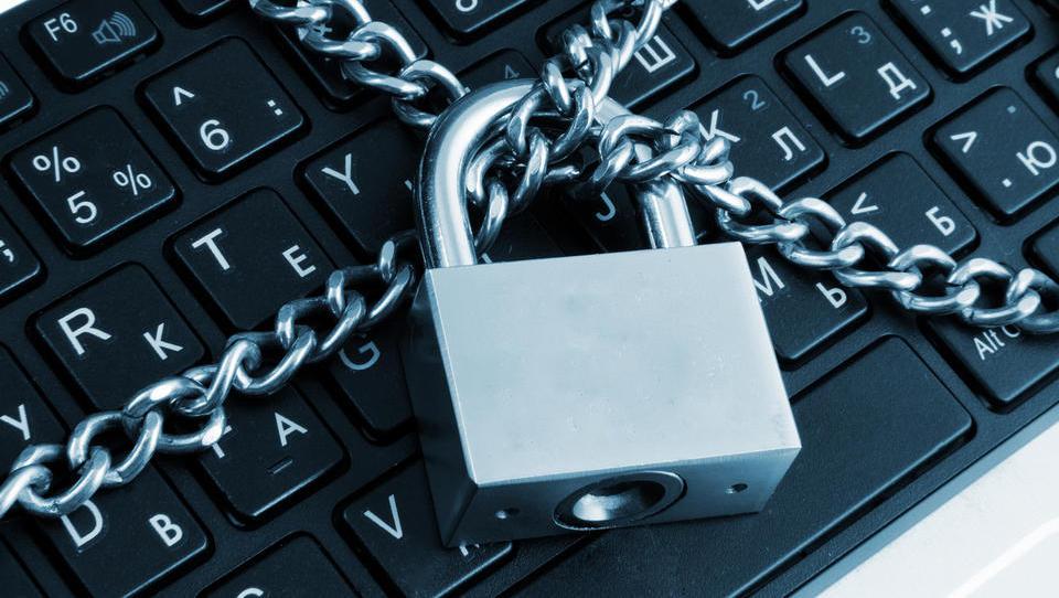 Varovanje prenosnih računalnikov: biometrija in alarm, če je za hrbtom radovednež