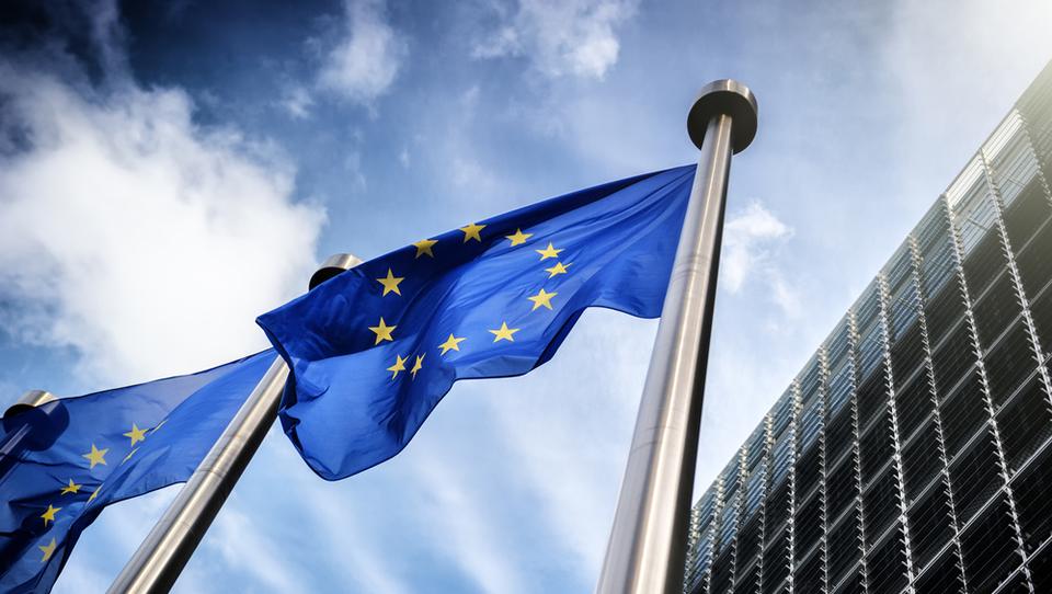 Kdo naj zasede vodilne položaje v ustanovah EU? Merklova in Macron sta različnih misli