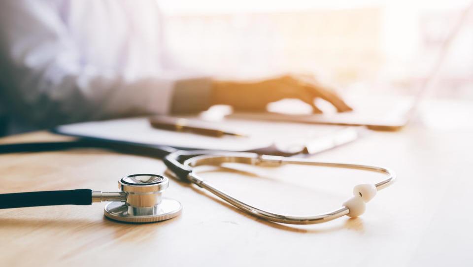 Našim družinskim zdravnikom za zaposlitev v Veliki Britaniji ponujajo 80 do 100 tisoč evrov letne plače