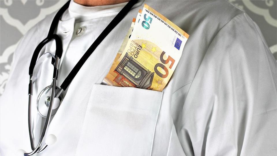 Začetek sojenja v zdravstveni korupcijski aferi zlate palice, kaj danes počnejo obtoženi