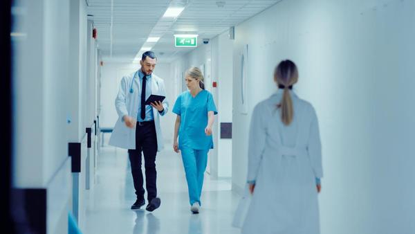Kako zdravniki pridejo do 300 nadur in dežurstev na mesec? Ne samo z delom