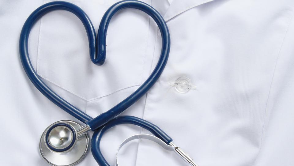 Družinski zdravniki proti tistim, ki jih plačujemo: »Čas je, da šokiramo tako plačnika kot MZ«