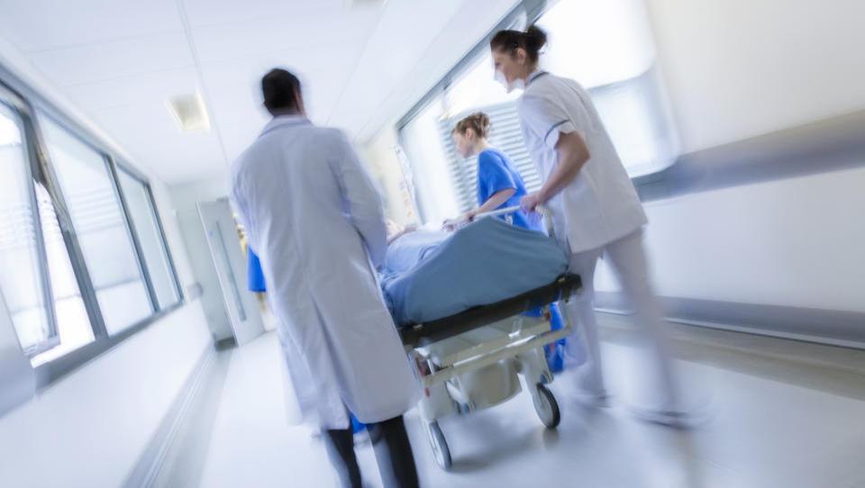 Kilavi učinki sanacije bolnišnic po enem letu - izgube večje, prihranki manjši