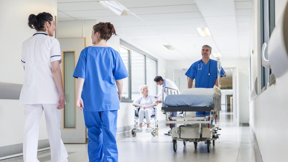Bolnišnice – kje zdravniki in sestre naredijo največ in kje najmanj
