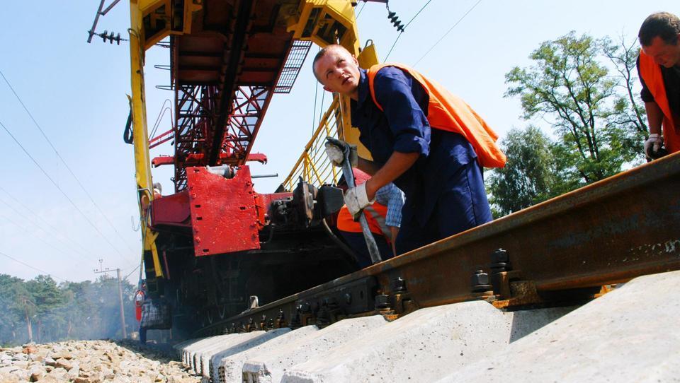 Rebalans proračuna: kaj pomeni za luknje v cestah in razsute železnice
