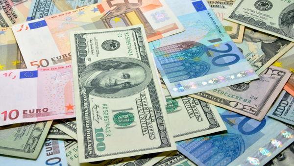 Evro je tudi v petek silil navzgor